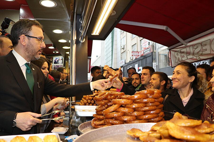 Gençlik ve Spor Bakanı Mehmet Muharrem Kasapoğlu, Adana'da esnafı ziyaret ederek, vatandaşlara tatlı dağıtmıştı.