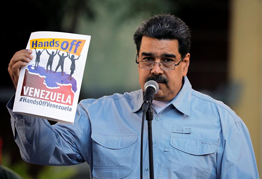 Venezuela'da ABD ve bölge ülkelerinin askeri ve siyasi müdahaleciliği karşısında düzenlenen 'Hands Off Venezuela' (Venezuela'dan ellerini çek) imza kampanyasına ülkenin tüm kentlerindeki Bolivar meydanlarında katılım devam ediyor. Bolivar Meydanı'nda başlatılan imza kampanyasına Devlet Başkanı Maduro da katıldı.