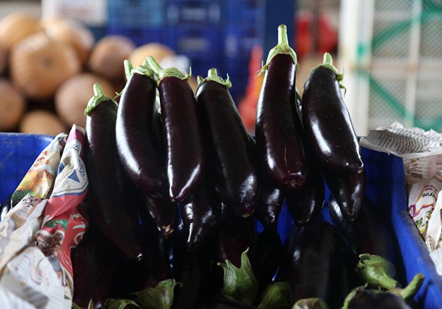 Bazı marketlerin patlıcan ve biber satmama kararının ardından Antalya Toptancı Hali'nde patlıcanın fiyatında düşüş gözlenmişti.