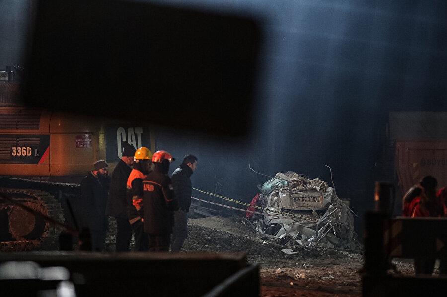 Kartal'da çöken binanın çevresindeki boşaltılan binalardan numune alındı.