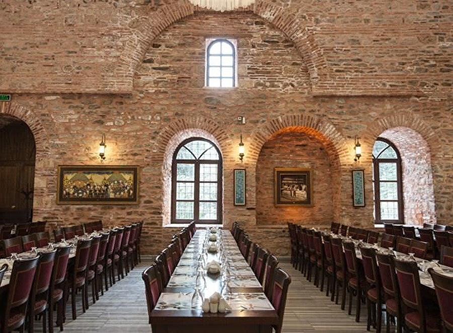 Koza Han 1491 yılında Sultan II.Beyazıd tarafından dönemin en iyi mimarlarından Abdül ula bin Pulat Şah`a İstanbul`daki eserlerine vakıf olarak yapılmıştır. Koza Han, geniş, dikdörtgen bir avlunun çevresinde iki katlı olan han'dır. Tam ortasında küçük ama muhteşem duruşu ile bir mescidin altında şadırvan. Mağazalarında kaliteli, çeşitli ipek kumaşlar, ipek eşarplar,ipek şallar,konfeksiyon ürünleri, aksesuarların yanında sanatsal ürünler,çeyiz ve ev tekstili ürünleri, iç giyim, gümüş ve değerli hediyelik eşyaların satışı yapılmaktadır
