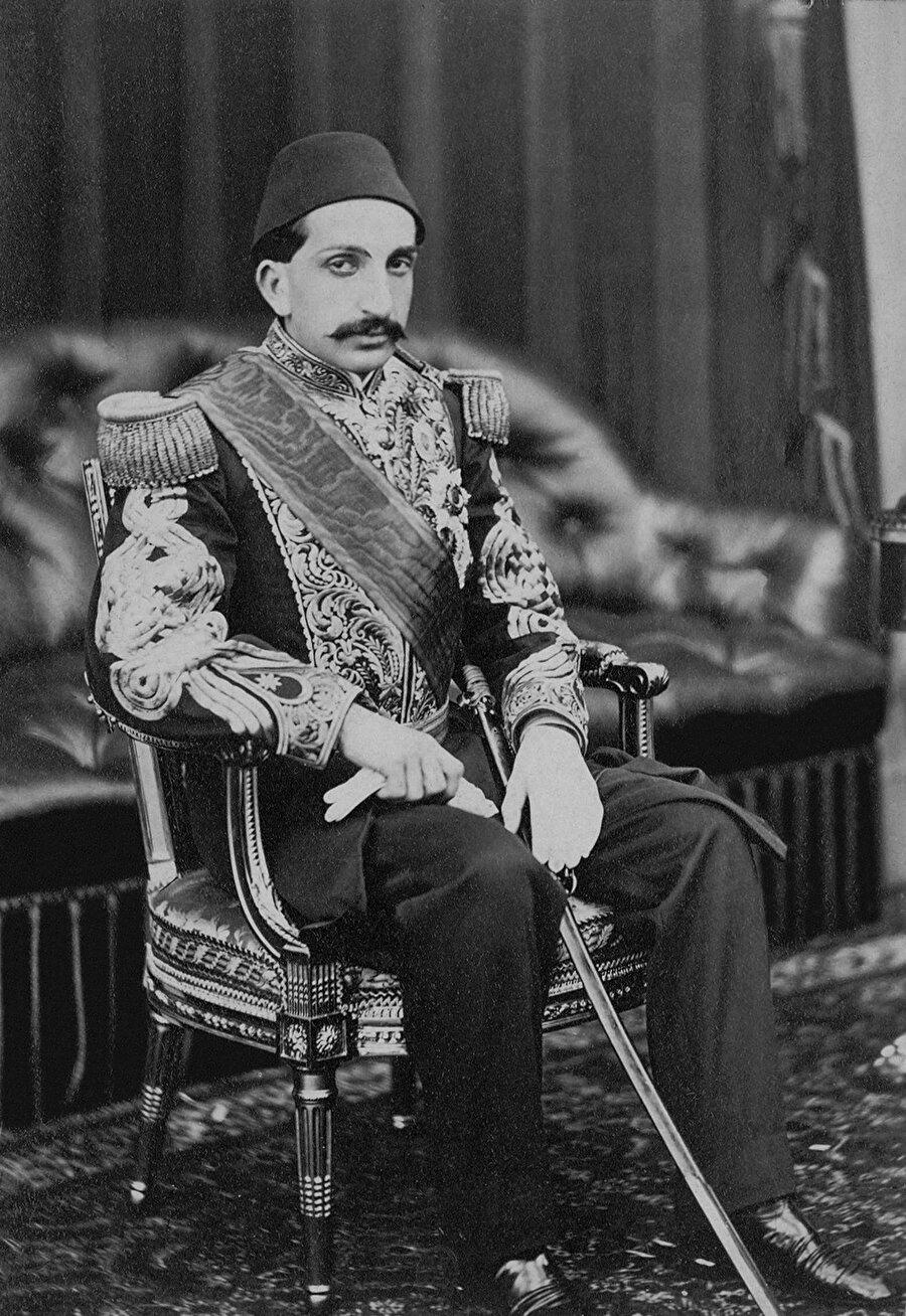 23 Aralık 1876'da Osmanlı Devleti'nin ilk anayasası olan Kanun-i Esasi ilan etti.