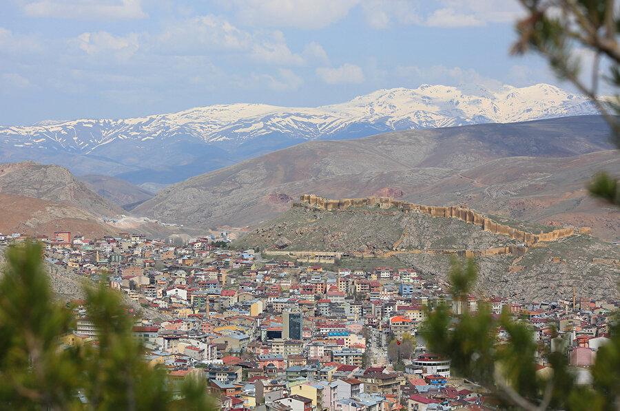 Bayburt Kalesi'nden şehir manzarası.