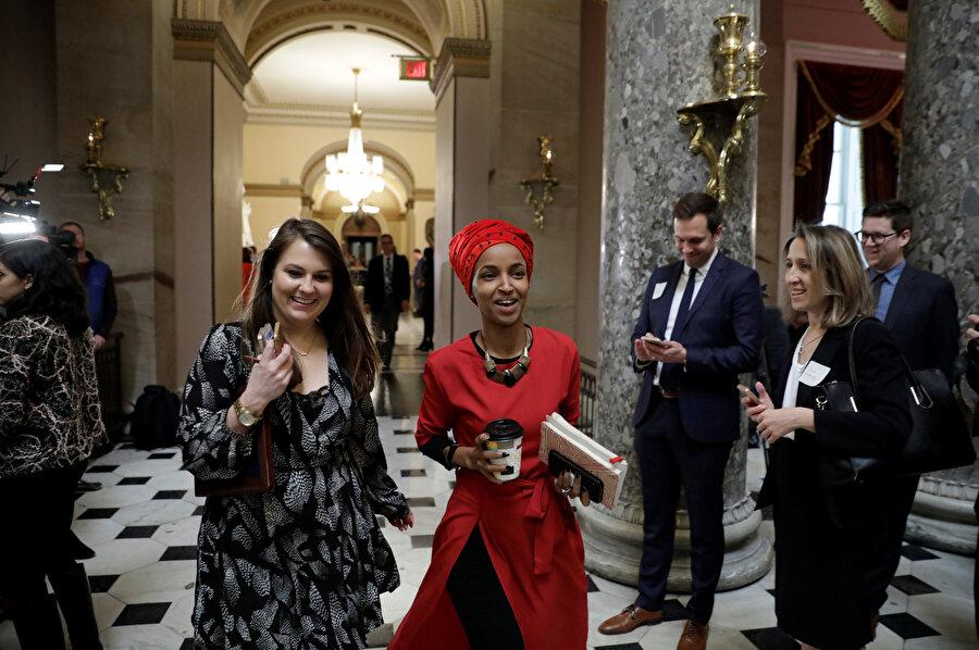 ABD Temsilcisi Ilhan Omar, Washington'daki Capitol Hill'de yürürken görünüyor.
