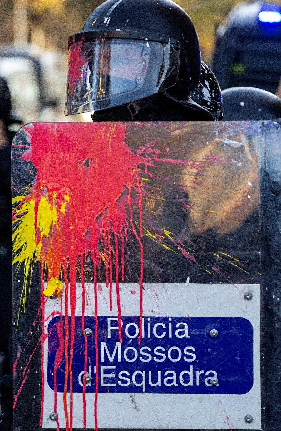 Bazı eylemciler polise boya ile saldırdı.