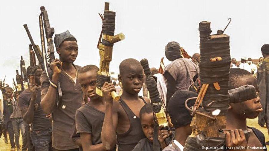 Dünya genelinde 250 bin çocuk asker olduğu tahmin ediliyor.