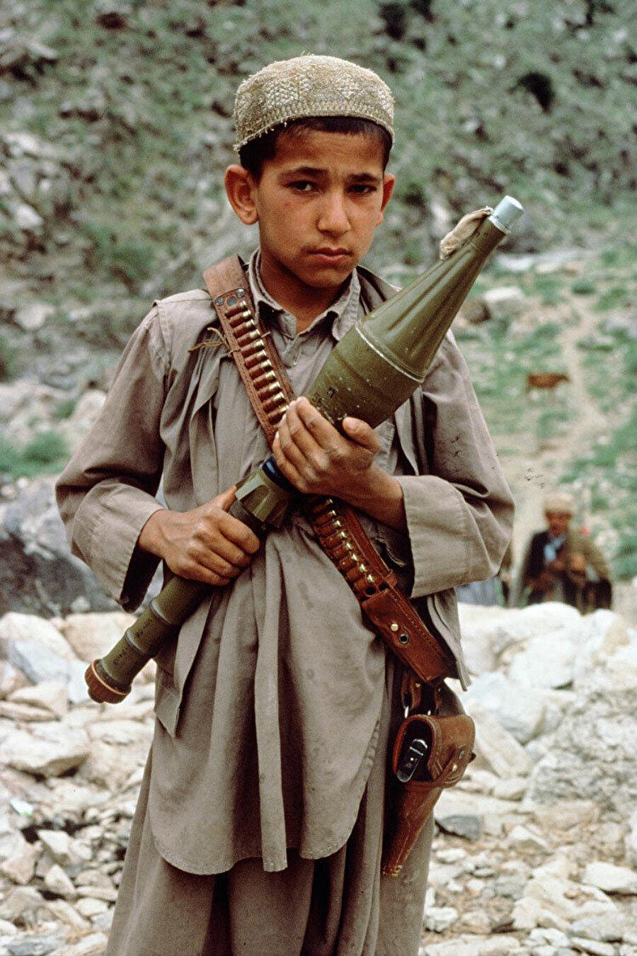 Elinde bir mühimmat tutan 'çocuk asker'