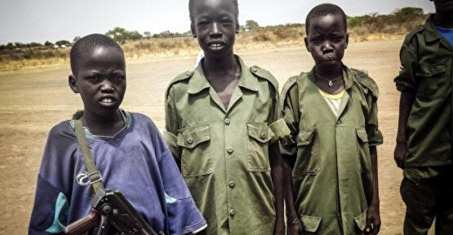 Objektife bakan 'çocuk askerler'