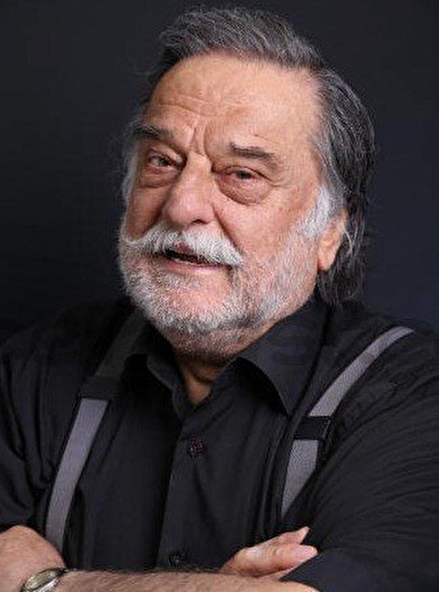 Oyuncu tiyatroya, 1959'da usta yönetmen Haldun Dormen'in tiyatro okulunda eğitim alarak başlamıştır.