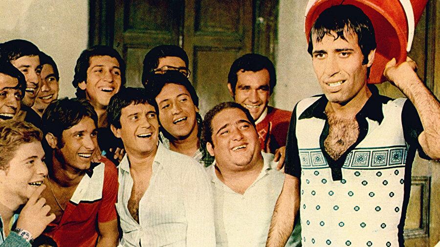 Hababam Sınıfı oyuncuları, Kemal Sunal, Halit Akçatepe'nin olduğu bir kare.