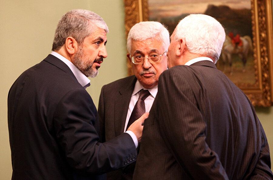 Hamas eski lideri Halid Meşal (solda), Filistin Yönetimi Başkanı Mahmud Abbas'la (ortada).