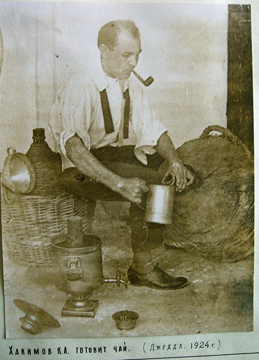 Kerim Hakimov çay hazırlığı yaparken... (Cidde, 1924)
