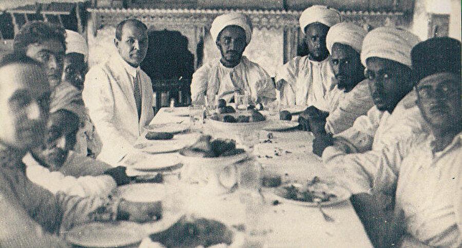 Kerim Hakimov (soldan beşinci) Yemen'de (1929)