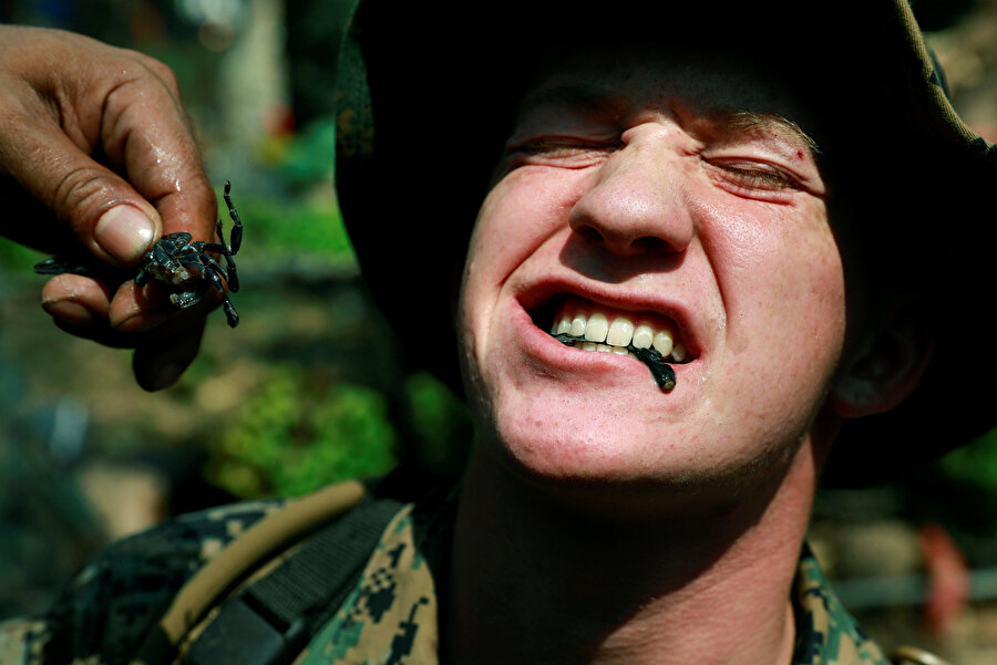 Askerlerin yediklerinin arasında böcek de vardı.