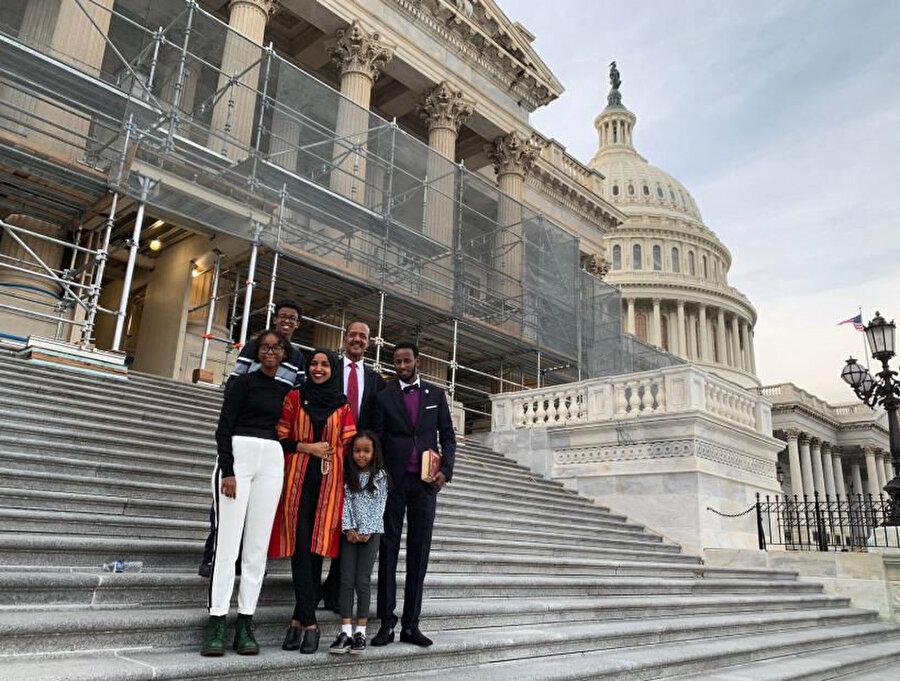 Omar ailesi, Kongre'nin önünde görünüyor.