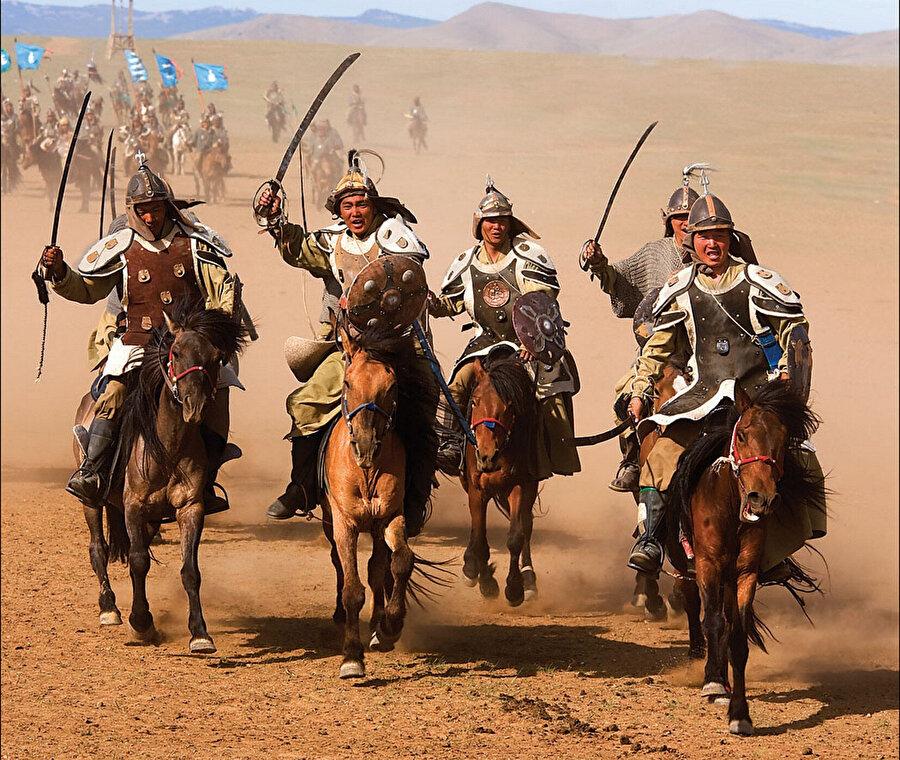 Moğolların geleneksel silahlı gücü, günümüzde folklor düzeyinde yaşatılmaktadır.