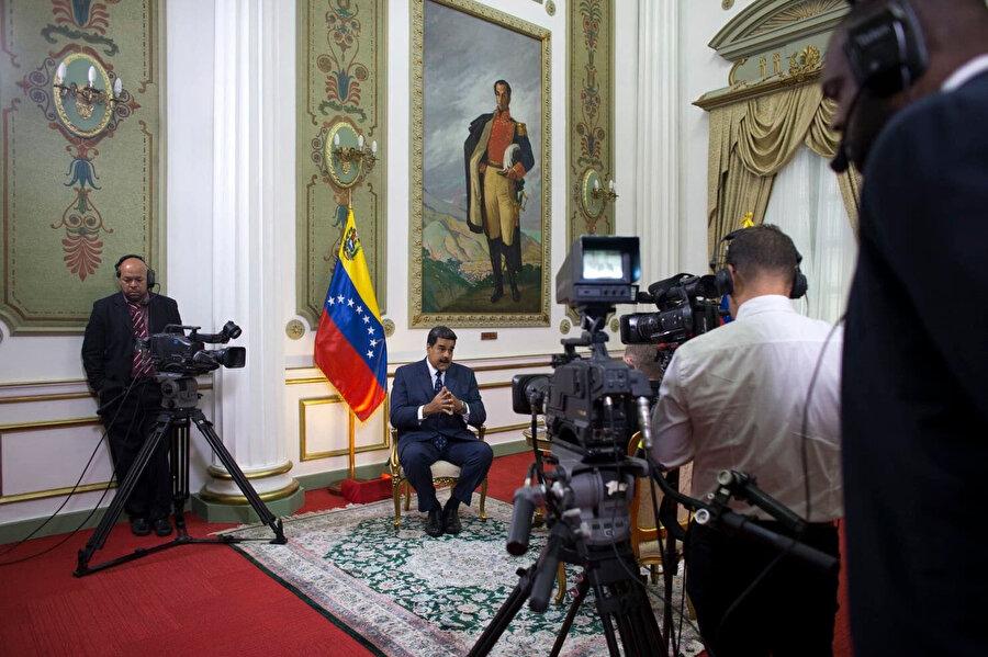 Maduro, Associated Press'e (AP) verdiği röportajda, hükümetinin, ABD Başkanı Donald Trump yönetimi ile gizli görüşmeleri olduğunu ve kendisini istifaya zorlamak için küresel çapta yürütülen eşi görülmemiş bir kampanyadan sağ salim çıkacağını öngördüğünü belirtti.