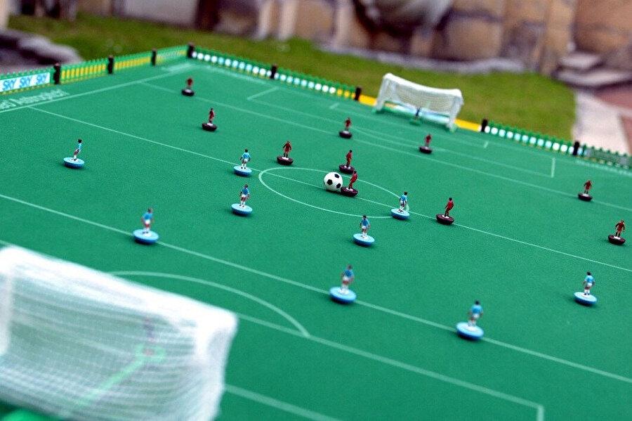 Subbuteo adlı oyun minik futbolcu figürlerinden oluşan ve parmaklarla oynanan bir oyun.