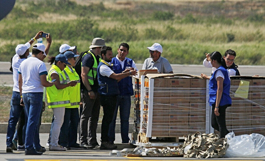 Yardım kolileri Kolombiya'nın Venezuela sınırı yakınındaki Cucuta şehrine ulaştı.