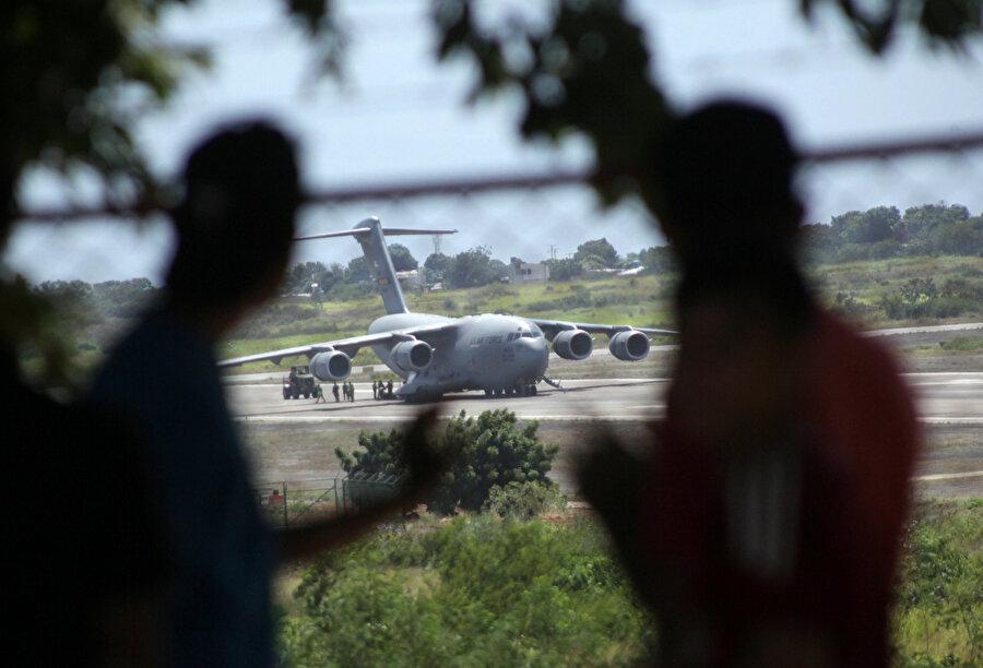 Askeri tip uçak Kolombiya'ya iniş yaptıktan sonra görünüyor.
