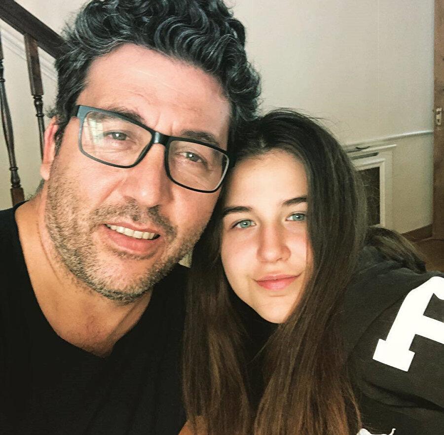 Emre Kınay ve kızı.