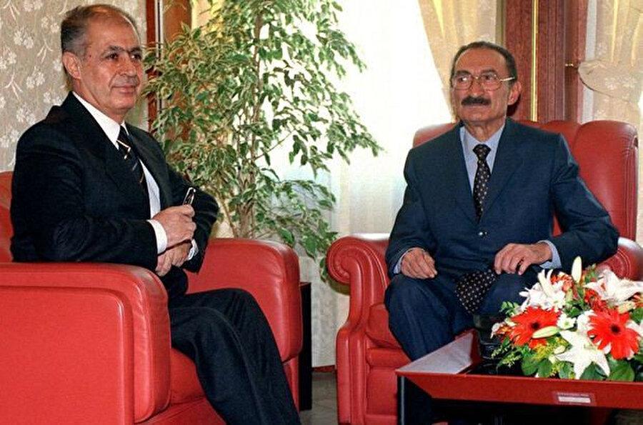 10'uncu Cumhurbaşkanı Ahmet Necdet Sezer ve dönemin Başbakanı Bülent Ecevit yan yana görünüyor.
