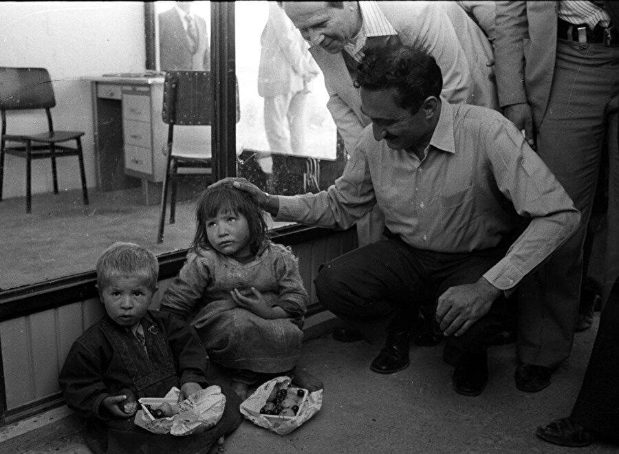 Bülent Ecevit, çocukları severken görünüyor.
