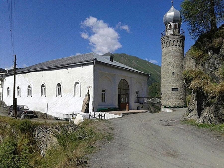 Kuzey Kafkasya'da İslam'ın yayılmasında merkezi rol üstlenen Tsahur Medresesi 1075 yılında Kafkasya'da ilk üniversite tipi medrese olarak kurulmuş.