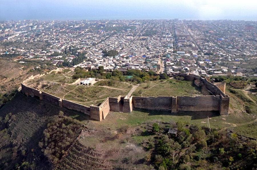 Narın-Kale savunma amaçlı olarak 1500 yıl boyunca İranlılar, Araplar ve Moğollar (İlhanlılar, Timurlular) tarafından kullanıldı.