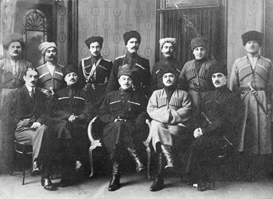Kuzey Kafkasya Cumhuriyeti'nin Liderleri. Ön sırada ortada Başbakan Tapa Abdülmecit Çermoyef ve onun sağında Said Şamil.
