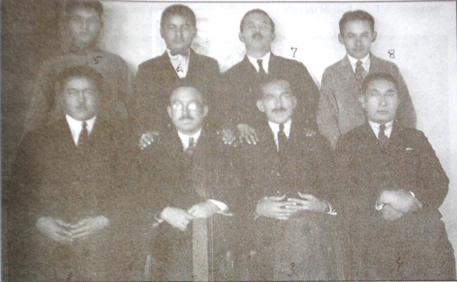 Soldan sağa oturanlar: Mamur Niyazi, Zeki Velidi Togan, Semerkand basmacı reislerinden Hemrahkul Bek; Buhara Cumhuriyeti Başkanı Osman Kocaoğlu