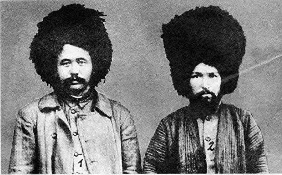 Abdulkadir İnan ve Zeki Velidi Togan geleneksel Türkmen kıyafeti ile. (1923)