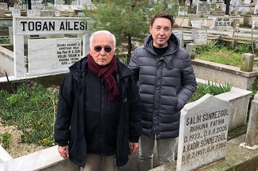 Subidey Togan babası Zeki Velidi Togan'ın Karacaahmet'teki mezarı başında.