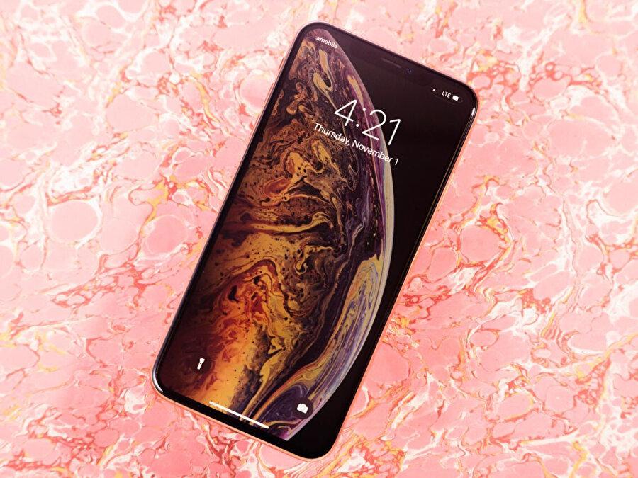Yeni iPhone'larda arka yüzeyin buzlu cam olacağı iddia ediliyor.