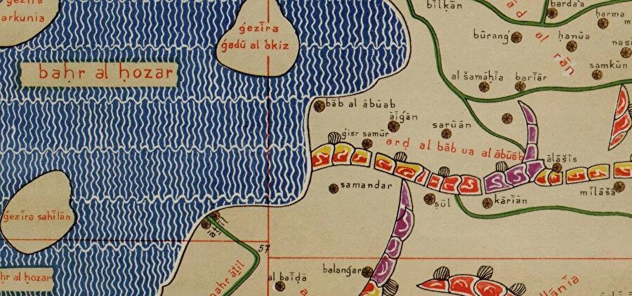 Muhammed İdrisi'nin çizdiği dünya haritasında Derbent surları yakınındaki Sul ve Karian adlı yerleşim yerleri.