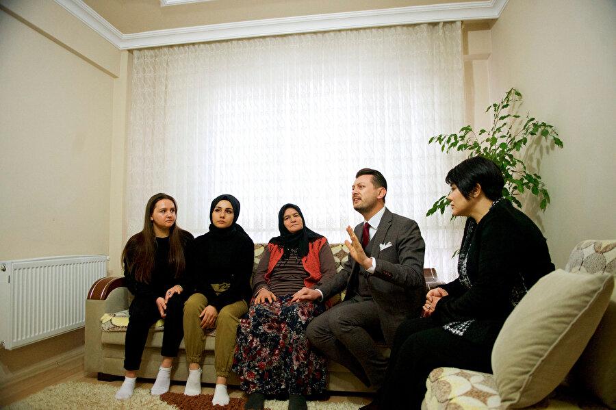 AK Parti'nin Odunpazarı Belediye Başkan adayı Volkan Doğan, Aysun Demir'i evinde ziyaret etti.