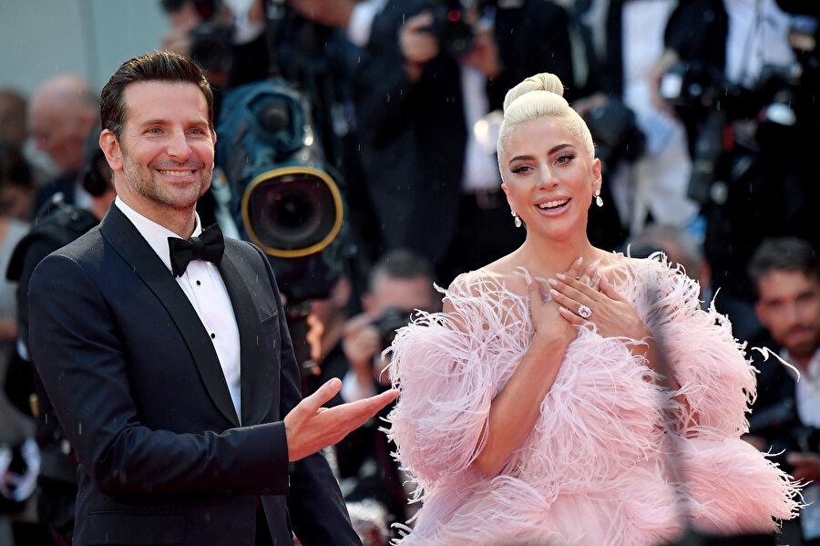 Bradley Cooper ve Lady Gaga'nın Shallow şarkısıyla düeti olacak.