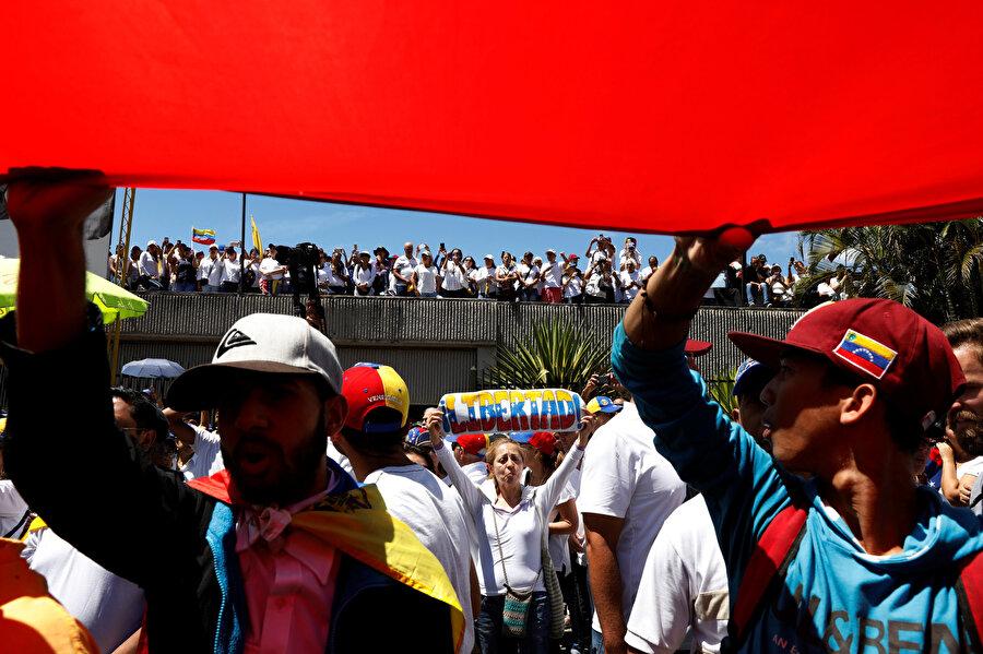 Venezuela'da muhalifler, bir hava üssü yakınlarında gösteri düzenledi.