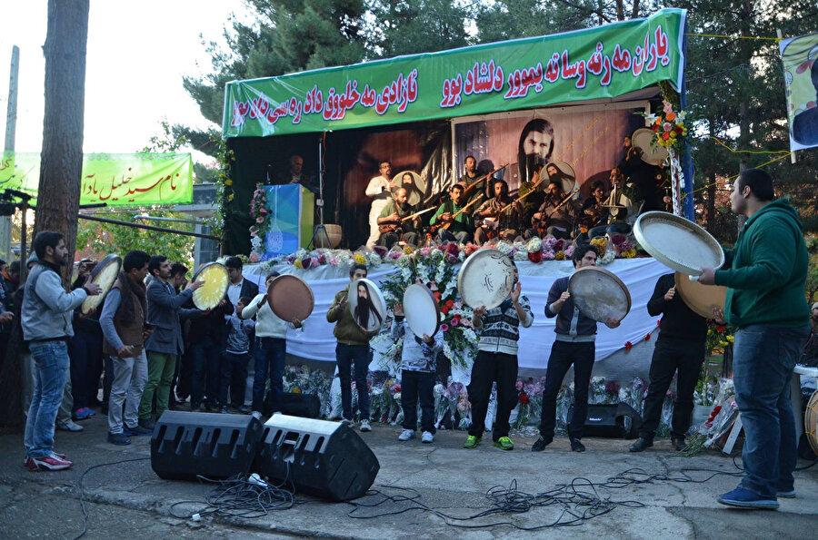 İran'da Yaresan tarikatının önemli isimlerinden olan Seyyid Halil Alinejad'ın öldürülmesinin 3. yıl döneminde Kirmanşah şehrinde gerçekleştirilen bir törenden.