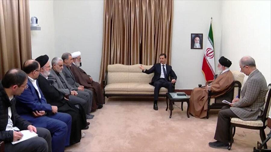 Esed'in Hamaney'le tek başına görüşmesi dikkat çekerken, salonda Suriye bayrağı da yer almadı.
