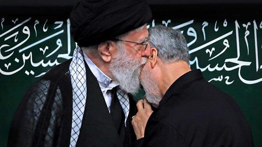 Hamaney, sağ kolu Süleymaniye'ye sevgisini ifade ederken.