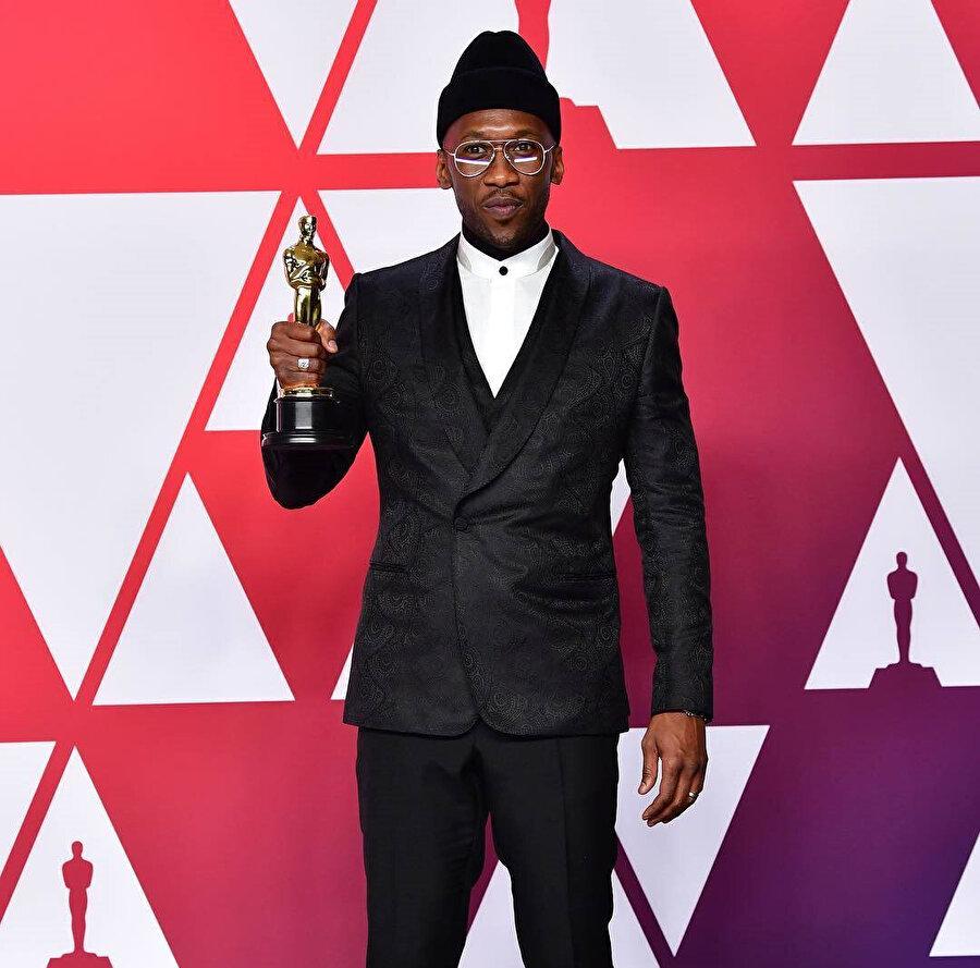 2017 yılında Oscar ödülünü kazan ilk Müslüman oyuncu Mahershala Ali, bu yıl bir kez daha ödülün sahibi oldu.