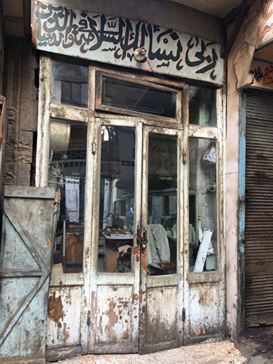 Eski şehrin ara sokaklarında bir berber dükkânı.