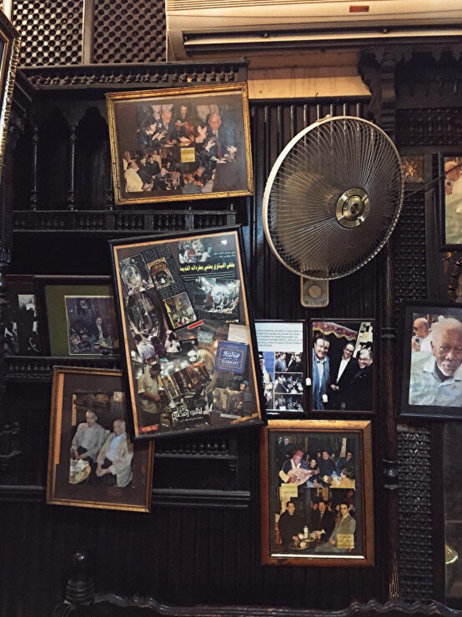 Kahveye gelen ünlü isimler duvarlarda sergileniyor. Fotoğrafın sağ orta kısmında Hollywood'un ünlü aktörü Morgan Freeman'ı görebilirsiniz.