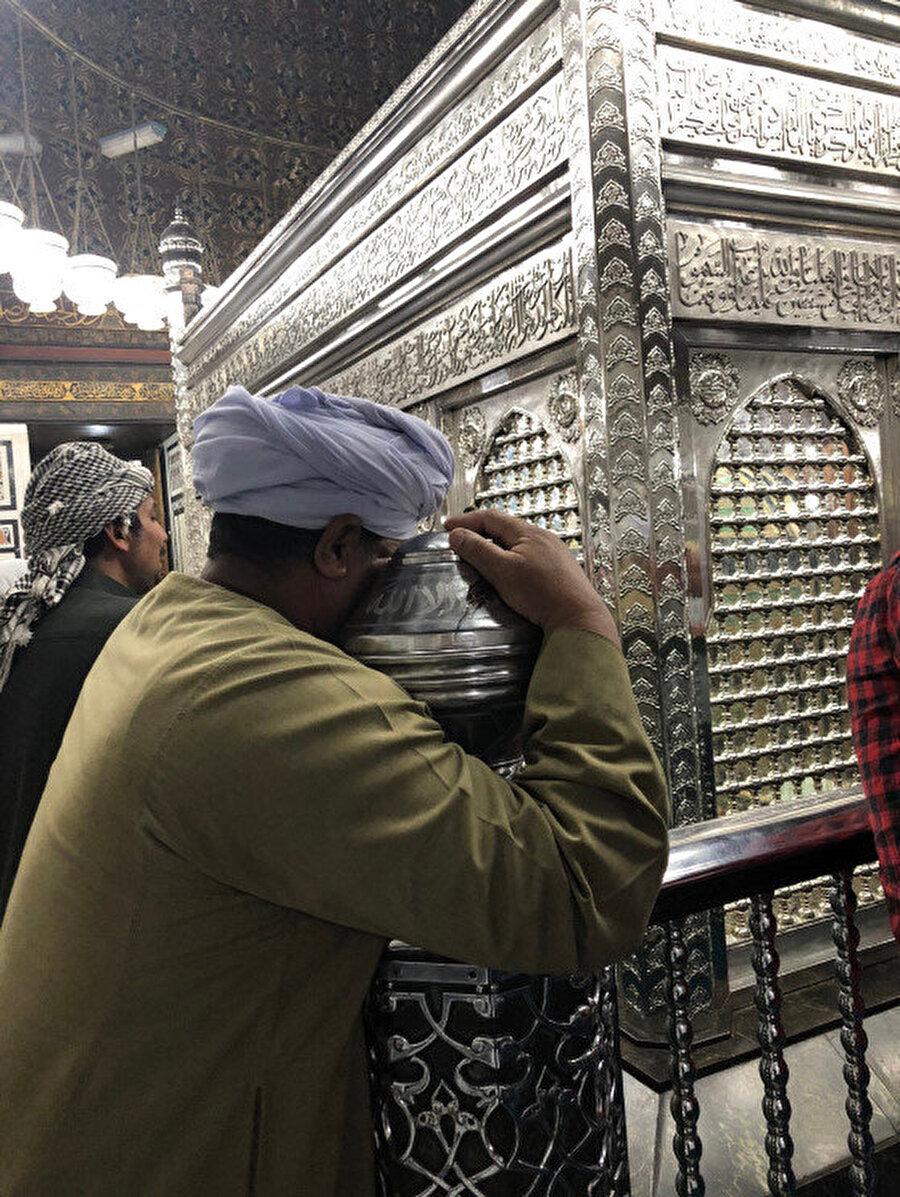 Caminin içerisinde yer alan türbe kısmı günün her vakti doludur. İnsanlar burada Hz. Hüseyin için gözyaşı dökerler.