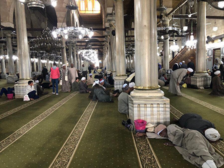 Hz. Hüseyin Camii'nin atmosferinden bir görüntü.