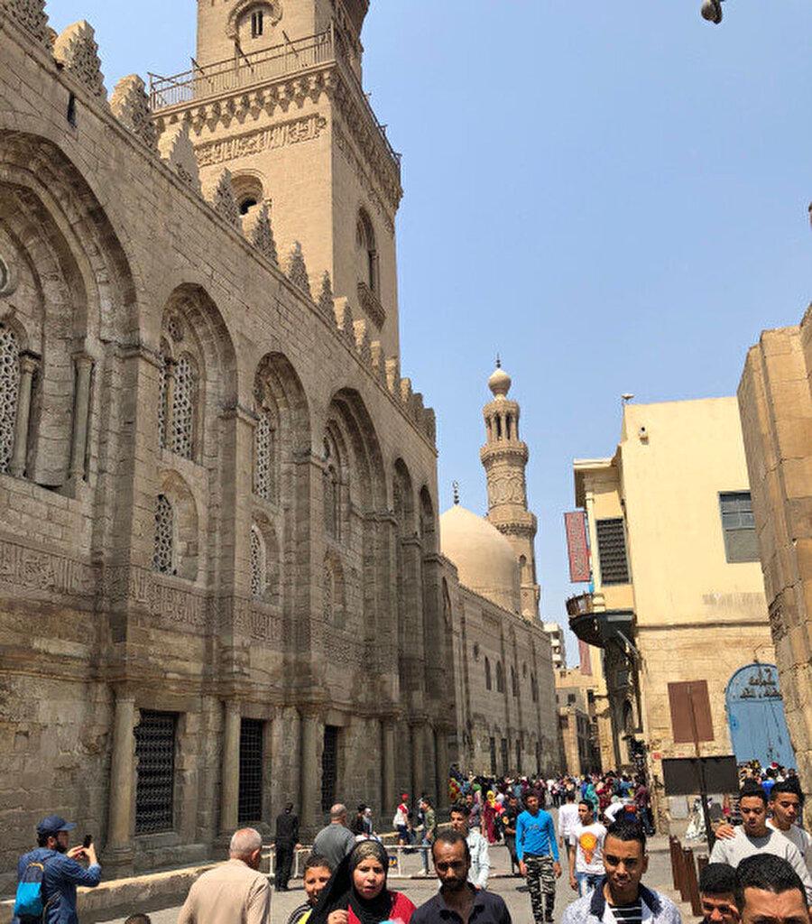Solda görülen ilk yapı, Sultan Kalavun Medresesi.
