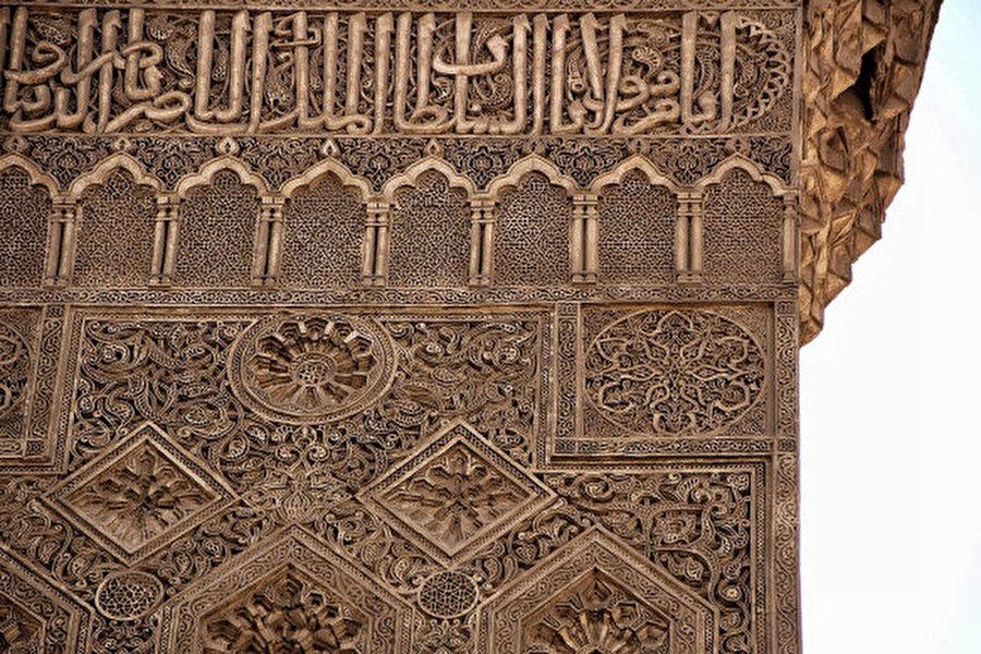 Medresenin minaresinde yer alan alçı işlemeleri eşsiz güzelliktedir.