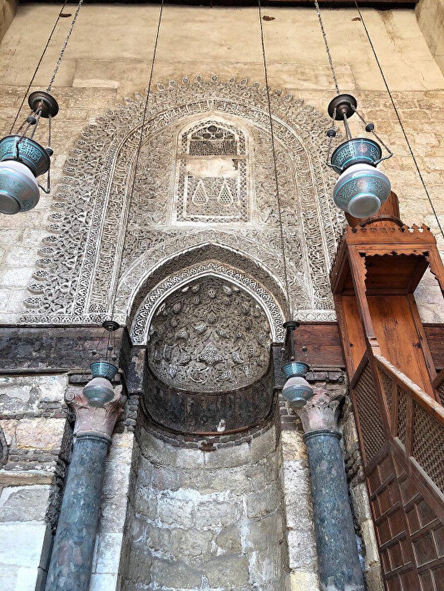 Medrese içerisindeki caminin mihrabı üzerindeki ayrıntılı işçilik.