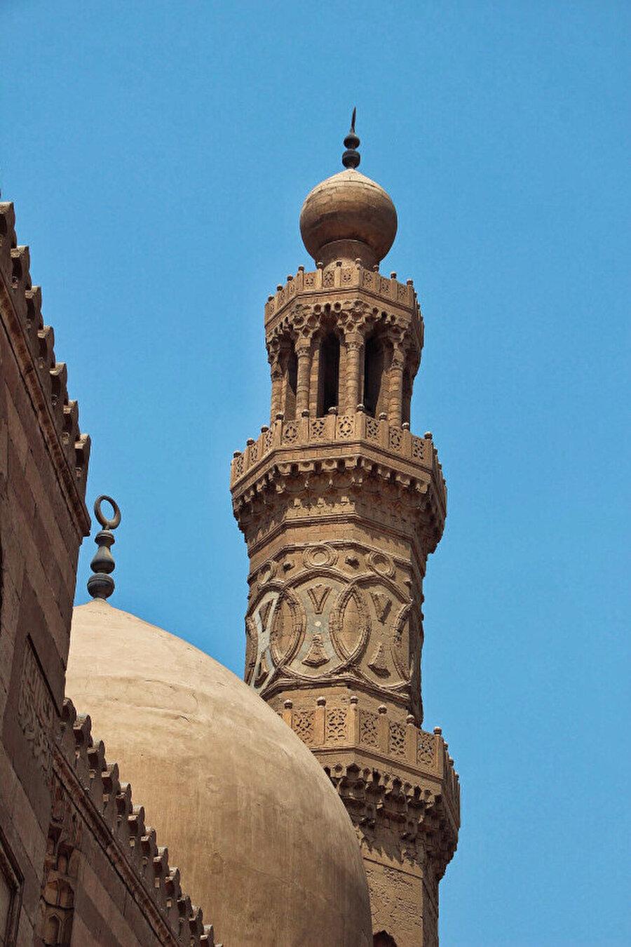 Sultan Berkuk Medresesi'nin minaresi de yine göz kamaştırıyor.